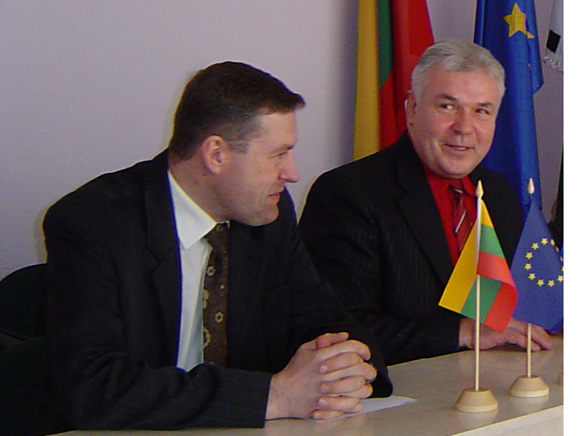 J. Bendžiaus (dešinėje) pasiūlymą, kaip Tarybai nepasigadinti įvaizdžio, meras V. Pozingis (kairėje) atmetė. (O. Lidžiaus nuotr.)