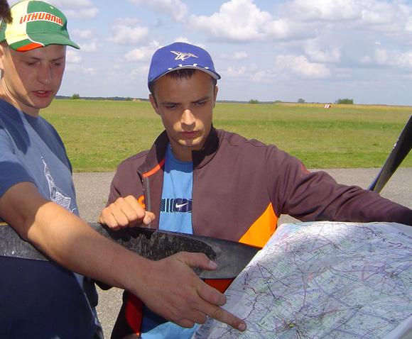 D. Stungurys (kairėje) su J. Subačium prieš skrydį į pasaulio čempionatą. (O. Lidžiaus nuotr.)