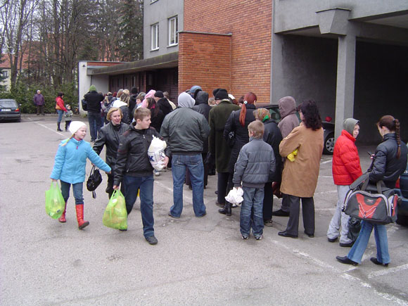 Laukiančiųjų eilėje nemokamų maisto prekių skaičius Šilutėje per metus išaugo 3 kartus. (O. Lidžiaus nuotr.)