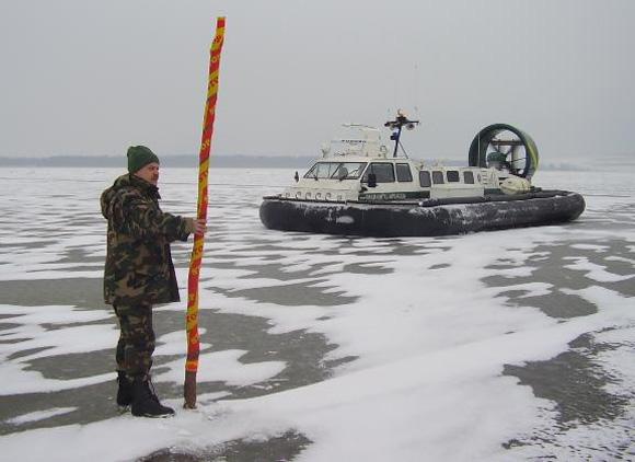 Rusai meškeriojo šiapus valstybės sieną mariose žyminčių ženklų. (VSAT nuotr.)
