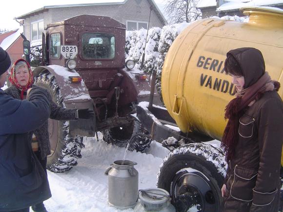Nuo penktadienio vanduo jo stokojantiems Šilutės miesto gyventojams tiekiamas cisternose. (O. Lidžiaus nuotr.)