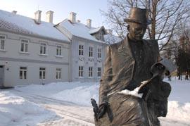 Šilutės dvaro lankytojus pasitinka jo ilgamečio puoselėtojo H. Šojaus skulptūra.