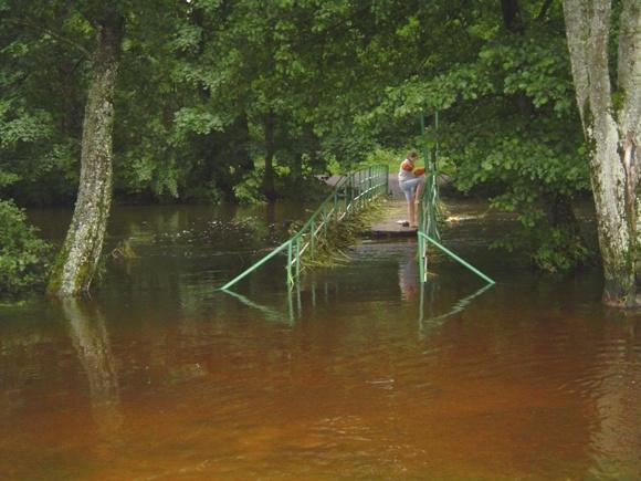 Per potvynį dabartinis pėsčiųjų tiltas kartais panyra po vandeniu. (silutesetazinios.lt archyvo nuotr.)