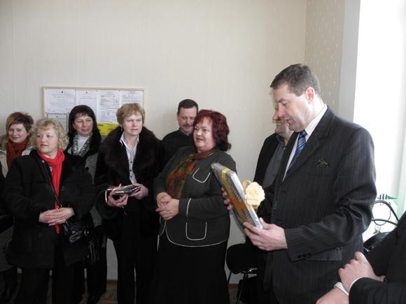 Sveikinimo žodį KU kasos atidarymo Saugose proga tarė rajono meras V. Pozingis (dešinėje). Šalia jo stovi Šilutės KU valdybos pirmininkė G. Kimbrienė. (E. Lukošiaus nuotr.)
