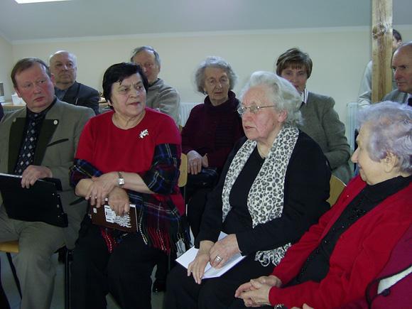 Švėkšniškių draugijos pirmininkė O. Pintverienė (antra iš kairės) su renginio svečiais. (V. Astrauskienės nuotr.)