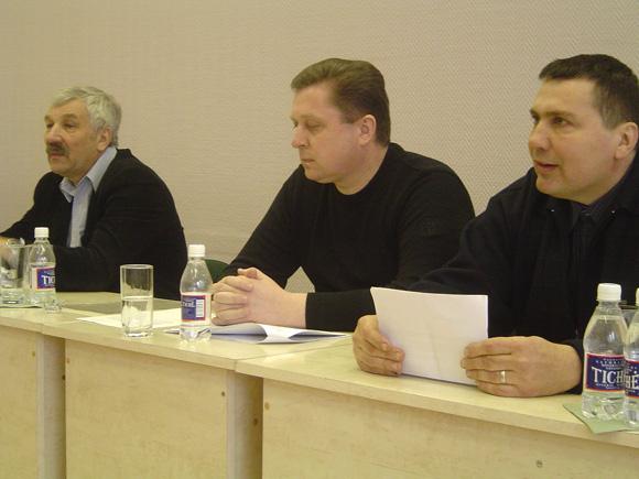 A. Balčytis (iš kairės), A. Jakas ir R. Plikšnys gąsdina Šilutės r. merą interpeliacija. (O. Lidžiaus nuotr.)