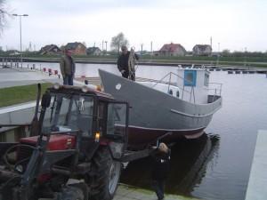 Laivą leidžia į vandenį