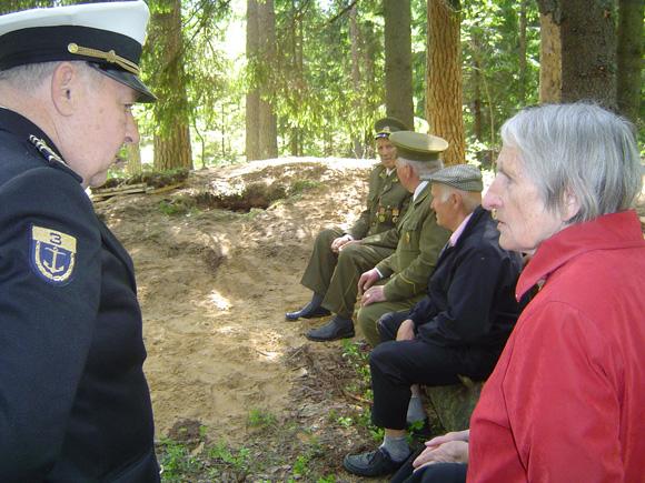 Laisvės kovų dalyviai prie atkurtos žeminės. Dešinėje partizano Z. Klumbio sesuo J. Klumbytė - Šikšnienė. (O. Lidžiaus nuotr.)