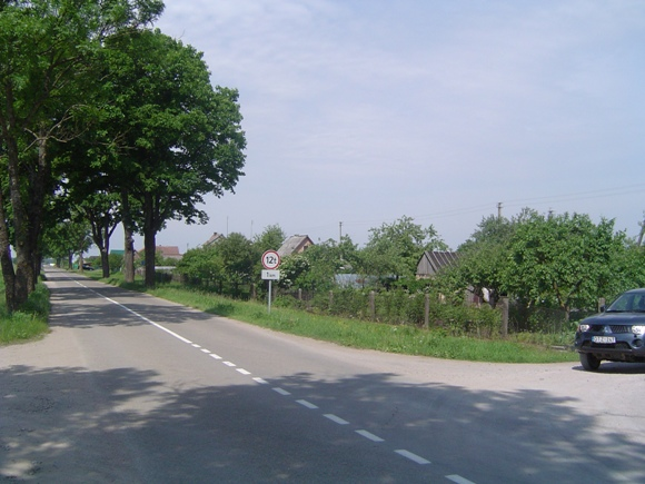 Už šios sankryžos bus pastatytas mašinų greitį iki 30 km per val. ribojantis kelio ženklas. (L. Mockaus nuotr.)