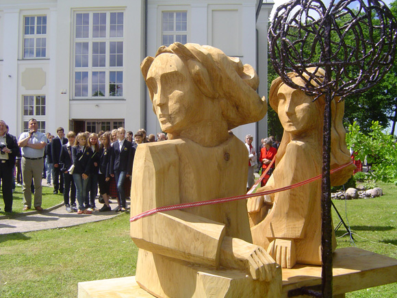 Ant suoliuko prisėdusiems mediniams gimnazistams švėkšniškiai suteikė Sauliaus ir Saulės vardus. (L. Mockaus nuotr.)