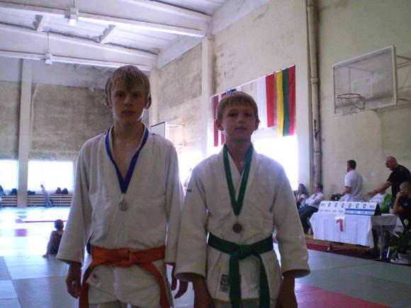 T. Šuldekovas (kairėje) su D. Maciukevičium po turnyro nugalėtojų apdovanojimo. (R. Lukošiaus nuotr.)