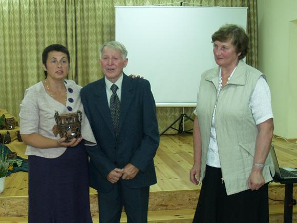 D. Drobnienė (kairėje) su vyriausiais draugijos nariais Emilija ir Justinu Pužais. (Liudo Mockaus nuotr.)