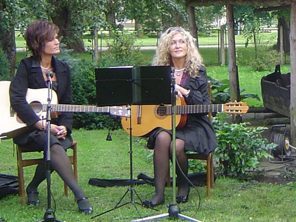 L. Kašėtienė (dešinėje) Šilutėje dažnai pasirodo ir su gitara rankose. (silutesetazinios.lt archyvo nuotr.)