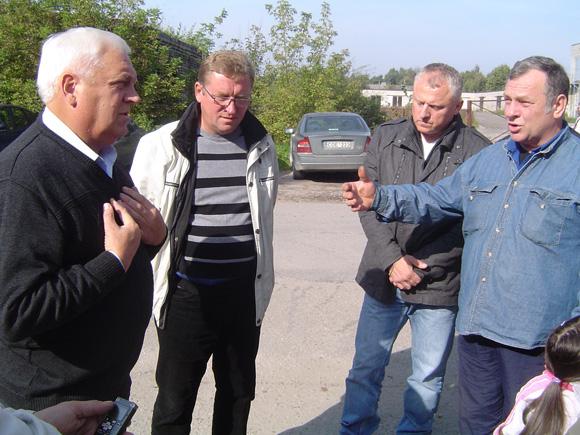 A. Samoška (kairėje) piketuotojams teisinosi dėl įmonėje įvykusios technologinės avarijos. (Oresto Lidžiaus nuotr.)