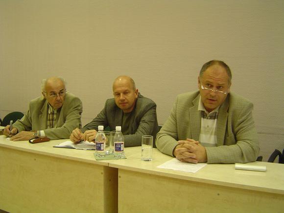 Seimo narių pasiūlymuose įvesti naujų mokestinių lengvatų A. Endzinas (dešinėje) įžvelgia partijų pastangas įtikti rinkėjams prieš rinkimus į savivaldybių tarybas. Nuotraukoje su juo (iš kairės) S. Mėlinauskas ir E. Vitkauskas. (Oresto Lidžiaus nuotr.)