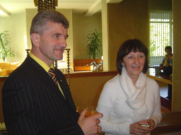 S. Stonys su Šilutės kultūros ir pramogų centro darbuotoja L. Burzdžiuviene. (Oresto Lidžiaus nuotr.)