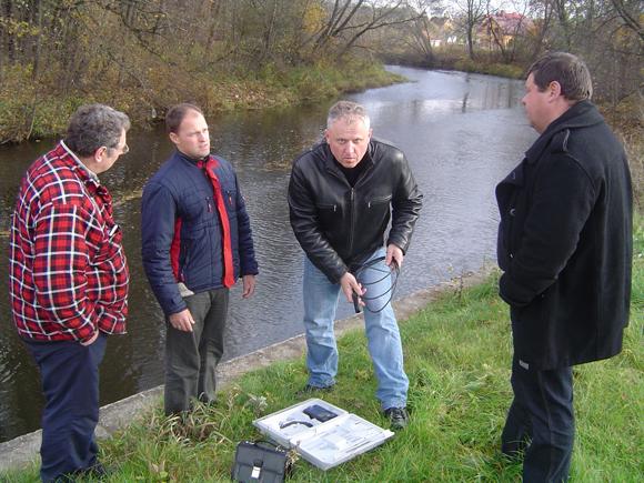 E. Jurjonas (antras iš dešinės): Išvalius Kuršmarių dugną ne tik sumažėtų šio vandens telkinio tarša, susidaranti pūvant žuvims 'pamirštuose' tinkluose, bet ir padidėtų žuvų ištekliai.  (silutesetazinios.lt archyvo nuotr.)