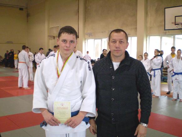 Lietuvos jaunių čempionas R. Paulikas su treneriu R. Lukošium.