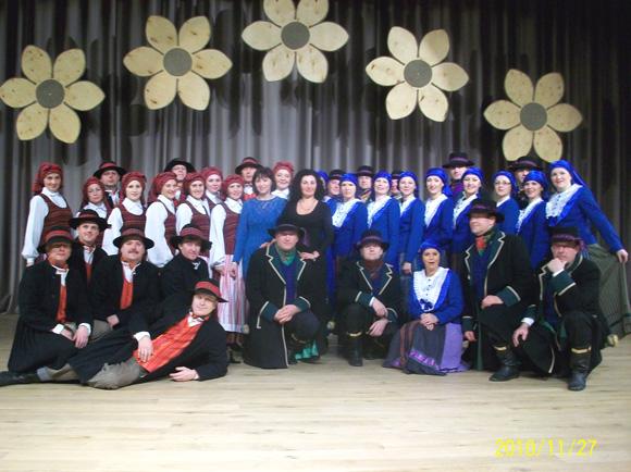 Juknaičių ir Švėkšnos šokėjai Širvintose 2010 m. (nuotr. iš Loretos Margaritos Černeckienės albumo)