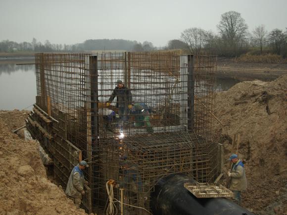 Statybininkai nepakankamai sutankino gruntą aplink vandens paėmimo vamzdžius, todėl tvenkinyje besikaupiantis vanduo jį ir išplovė. (silutesetazinios.lt archyvo nuotr.)