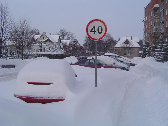 Ir Šilutės miesto gyventojams sniegas jau lipa per gerklę. (Liudo Mockaus nuotr.)