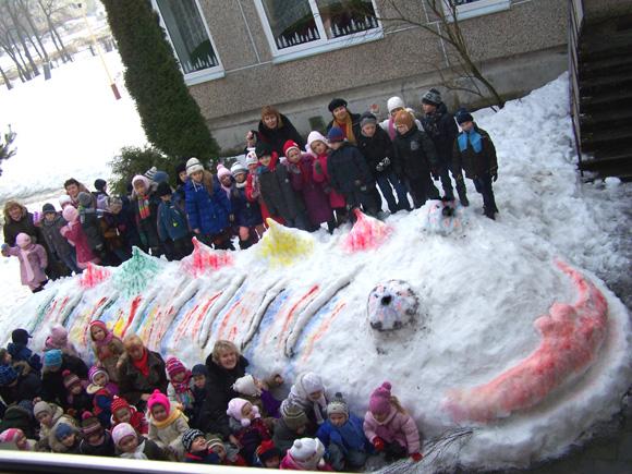 Vaikų darželio 'Gintarėlis' sniego žuvis. (Rasos Šimkuvienės nuotr.)