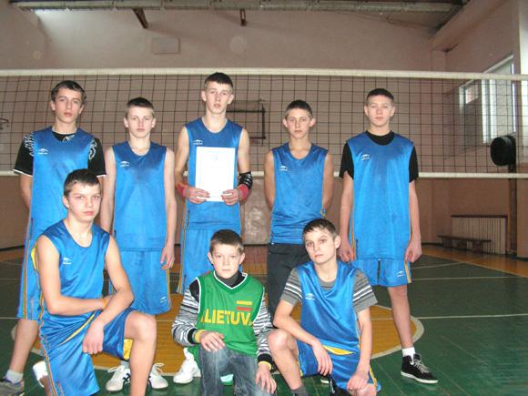 Rajono čempionai Vilkyčių mokyklos tinklininkai. (Broniaus Mulskio nuotr.)
