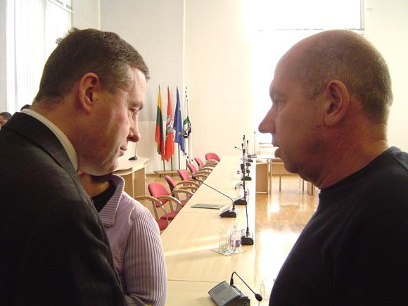 V. Pozingis (kairėje) su E. Vitkausku niekaip nesutaria, kuris iš jų daugiau prisidėjo prie estakados statybos sąmatos sumažinimo nuo 40 iki 20 mln. litų. (Oresto Lidžiaus nuotr.)