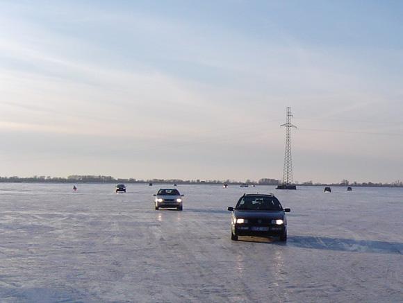 Lietuvoje, deja, nėra įstatymo, kuris leistų mašinoms važiuoti ledu. (Oresto Lidžiaus nuotr.)