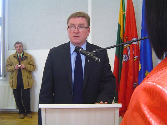 Balandžio 15 d. V. Pavilonis pirma davė tarybos nario priesaiką, o paskui sulaužė penkių partijų susitarimą dėl valdančiosios koalicijos suformavimo. (Oresto Lidžiaus nuotr.)