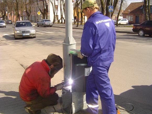 Šilutės gatvėse ir ant pylimo bus pritaisyta iš viso 50 naujų šiukšliadėžių. (Liudo Mockaus nuotr.)