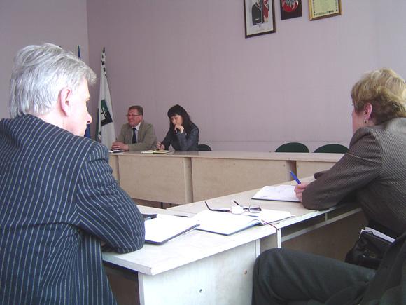 I. Vasiljevienės (centre) sumanymą keisti mažos vertės viešųjų pirkimų tvarką seniūnai sutiko be entuziazmo. (Oresto Lidžiaus nuotr.)