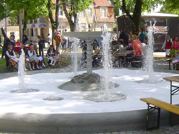 Šilutės fontanas dar ir šiandien plaka baltas putas. (Oresto Lidžiaus nuotr.)