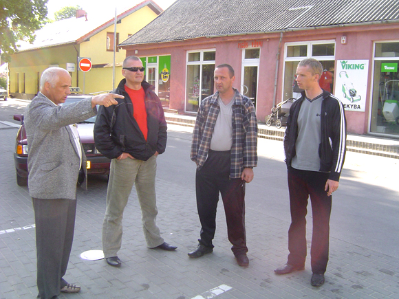 Seniūno pavaduotojas A. Ivanauskas (kairėje) taksistams: 'Jums bus skirtos keturios vietos prie bibliotekos'. (Oresto Lidžiaus nuotr.)