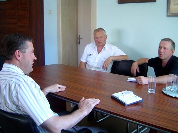 Dažniau eiti į mases V. Pozingis (kairėje) apsisprendė po pokalbio su JDJ Šilutės skyriaus aktyvistais R. Jaruškevičium (dešinėje) ir E. Jurjonu. (Oresto Lidžiaus nuotr.)