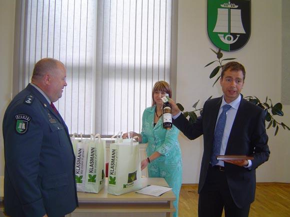'Klasmann-Deilmann Šilutė' bendrovės vadovas K. Kaminskas labiausiai, jo manymu, pasižymėjusiems pareigūnams, be kita ko, dovanojo ir po butelį 'pelkių vandens'. (Oresto Lidžiaus nuotr.)