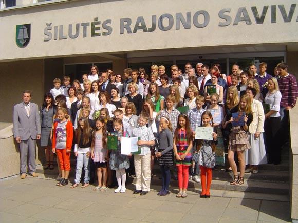 Rajono gabiausieji su savo mokytojais, tėveliais ir savivaldybės vadovais. (Oresto Lidžiaus nuotr.)