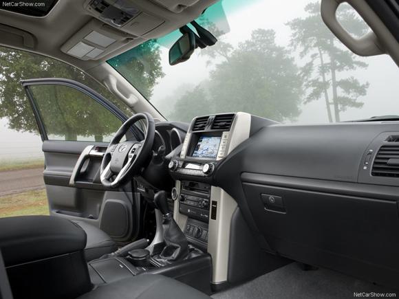 Iš Seimo nario R. Žemaitaičio tėvų kiemo vagys išvarė ir prabangų 2010 metų laidos visureigį 'Toyota Land Cruiser'.
