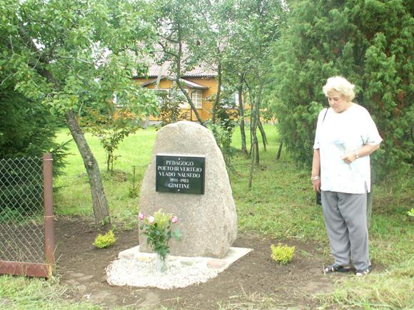 V. Nausėdo dukra medicinos mokslų daktarė N. Zubienė prie savo tėvo paminklinio akmens. (Z. Malinausko nuotr.)