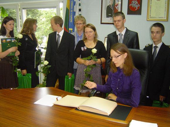 Geriausi rajono abiturientai buvo pakviesti pasirašyti savivaldybės garbės knygoje. (Oresto Lidžiaus nuotr.)