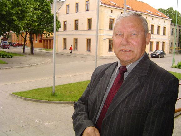 V. Deniušas tvirtina žinantis bemaž dešimt žmonių, kurie norėtų jį pakeisti Rusnės seniūno pareigose. (Oresto Lidžiaus nuotr.)