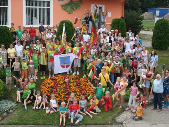 """Akcijos """"Varom už Lietuvą"""" dalyviai prie žydinčio krepšinio kamuolio Švėkšnoje. (fanspace2011.com/varom/ nuotr.)"""