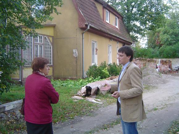 R. Šikšnienė su M. Bagočium prie K. Kalinausko g. 6 - to namo. (Oresto Lidžiaus nuotr.)