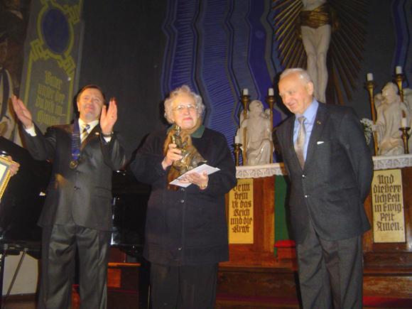 """H. Šojaus skulptūrėlę E. Murauskienei įteikė pirmasis Šilutės """"Rotary"""" klubo prezidentas Z. Dokšas (dešinėje) ir dabartinis pamario krašto rotarių lyderis A. Vanagas.  (Oresto Lidžiaus nuotr.)"""