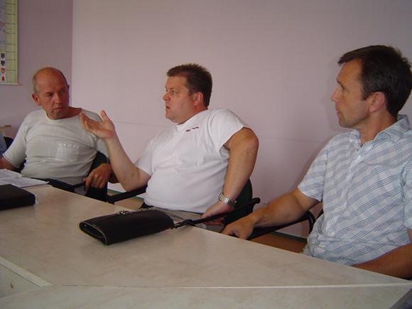 Anot D. Pundžiaus (centre), komisijai abejonių dar kelia stogo remonto darbų kokybė. Todėl ji siūlanti kreiptis į tos srities specialistus. (silutesetazinios.lt archyvo nuotr.)