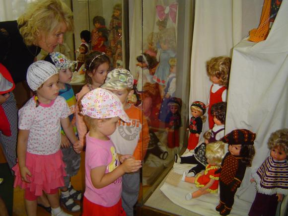 Iš Viktorijos Liampert lėlių parodos atidarymo muziejuje. (Liudo Mockaus nuotr.)