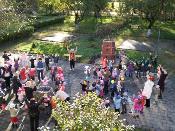 Masinėje mankštoje dalyvavo ir 130 Šilutės 'Raudonkepuraitės' vaikų darželio bendruomenės narių. (Zenutės Nausėdienės nuotr.)