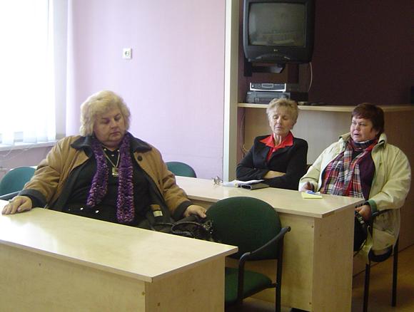 Šilutės neįgaliųjų draugijos skyrių vadovės (iš dešinės) E. Milmantienė ir A. Lileikienė negailėjo kritikos draugijos pirmininkei L. Dulkytei. (Oresto Lidžiaus nuotr.)