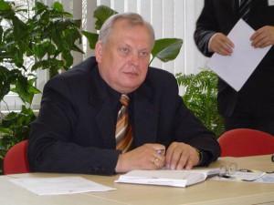 """R. Renčeliausko pasiūlymui pastatyti abipus tilto per Tenenio upę """"Stop"""" ženklus kiti Eismo saugumo komisijos nariai nepritarė. (Oresto Lidžiaus nuotr.)"""