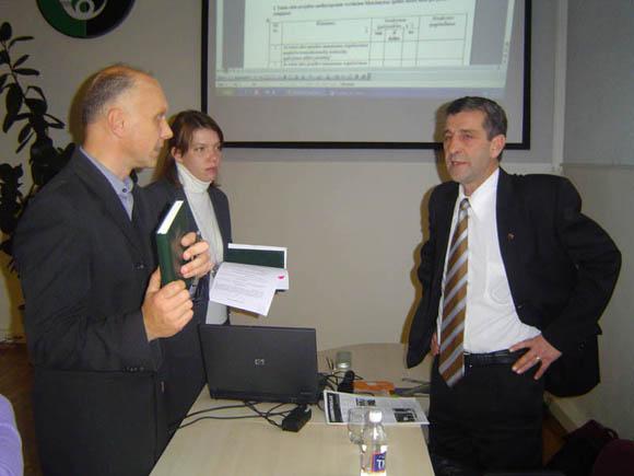 L. Barišauskas (dešinėje) rado bendrą kalbą su Juridinio skyriaus vedėju A. Bielskiu. (Oresto Lidžiaus nuotr.)